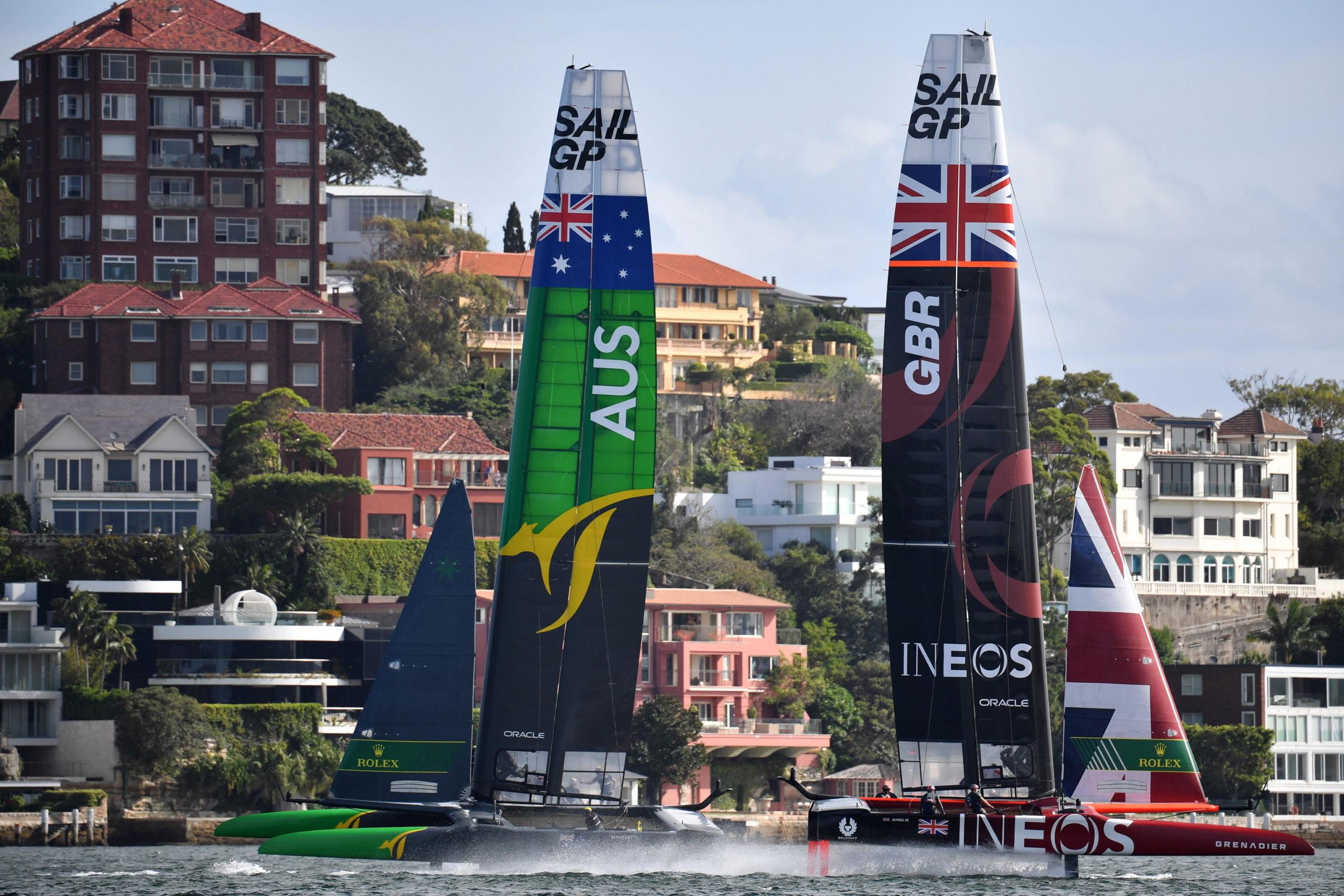 Un'immagine dei Team Australia e Gran Bretagna durante la competizione. Quano non c'è vento i catamarani non volano, ma restano piantati sull'acqua