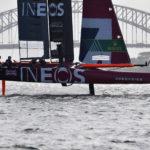 La squadra della Gran Bretagna con un catamarano in azione che si solleva dall'acqua durante il primo giorno di gara