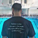 L'atleta Jacopo Coraggio (Di Biasi) pronto per un tuffo da 10 metri nella sfilata degli atleti in onore di Marco Toscano (Acquaniene), tuffatore di 27 anni vittima di un incidente stradale