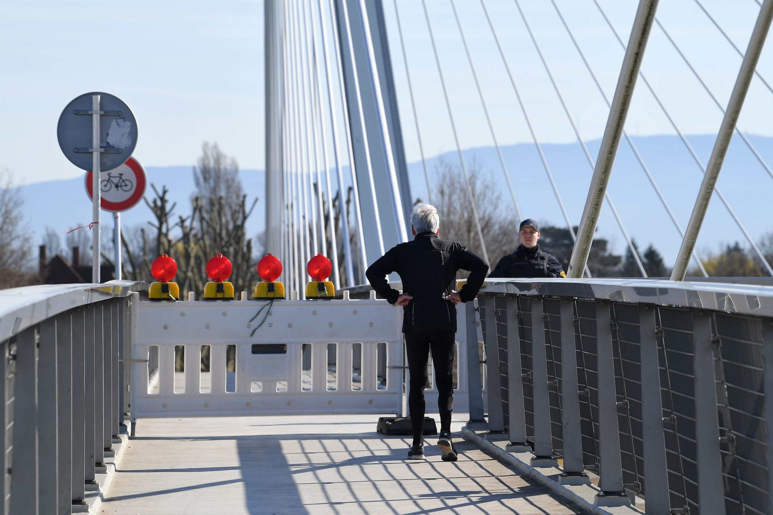 Germania: un uomo che fa jogging fermo sul ponte che separa la città tedesca di Kehl e la francese Strasburgo. La Germania ha introdotto controlli a ogni frontiera con Francia, Austria, Lussemburgo, Svizzera e Danimarca.