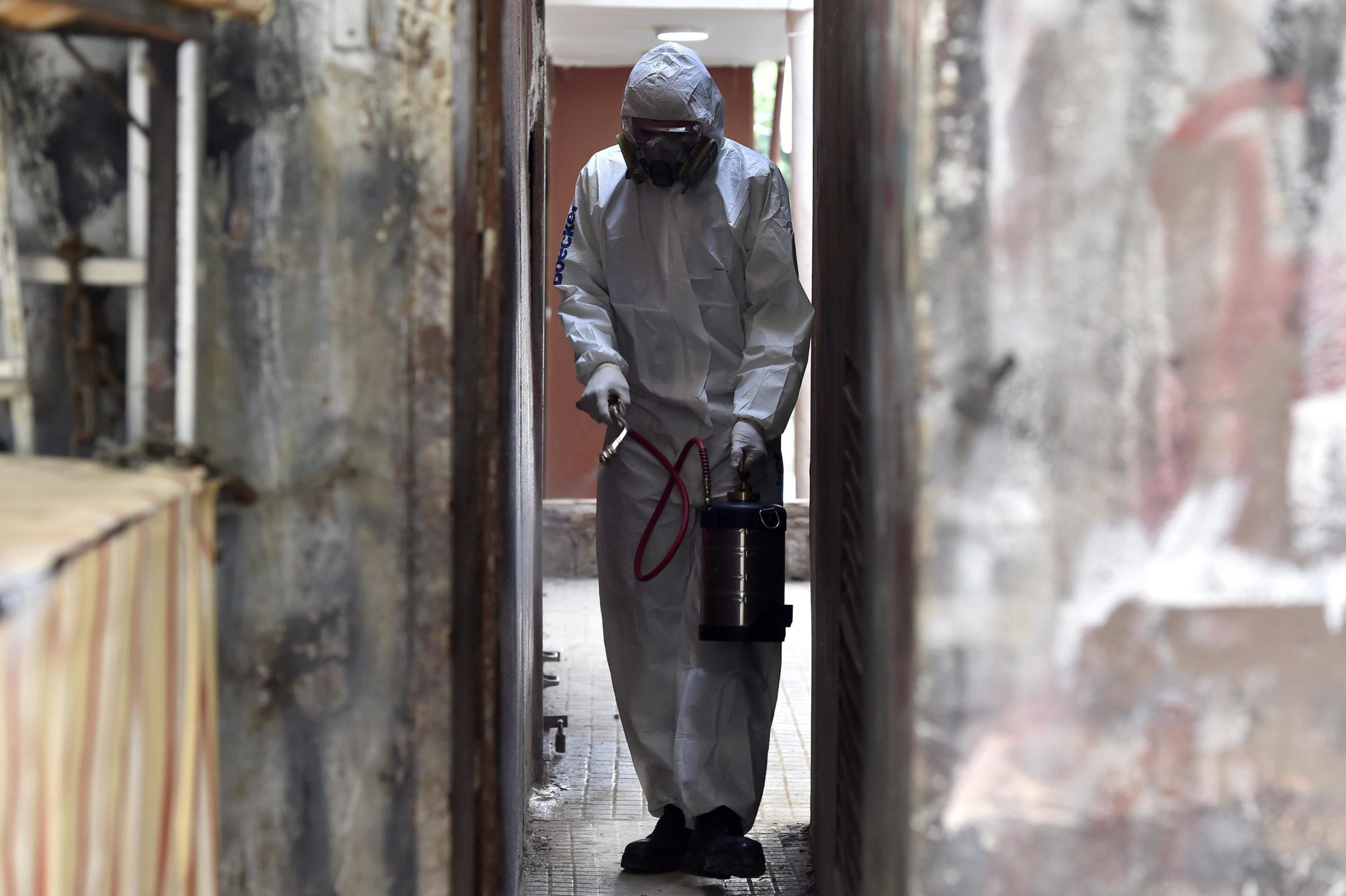 Libano: un uomo con la tuta protettiva spruzza disinfettante nelle strade di Beirut. Il Libano ha per ora tre vittime e 102 casi confermati.