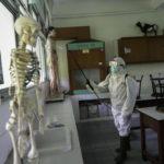 Indonesia: la Croce Rossa disinfetta un'aula di una scuola di Jakarta. Il governo ha disposto la chiusura delle scuole per due settimane a partire da oggi. Nel paese, 117 contagiati e cinque morti.