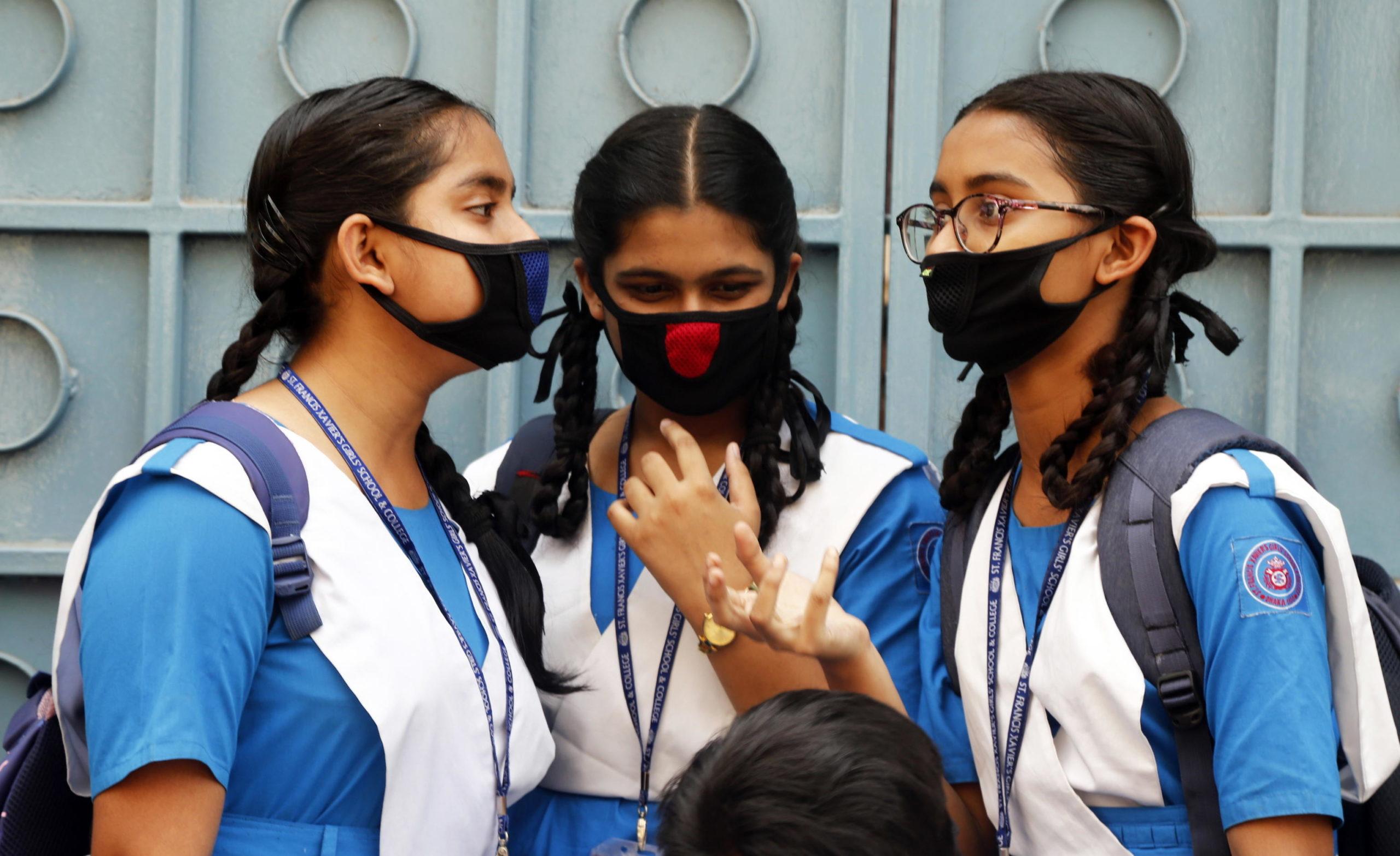 Bangladesh: le alunne di una scuola di Dhaka indossano mascherine protettive. Secondo alcuni media, oggi il governo dovrebbe decretare la chiusura delle scuole fino a fine marzo.