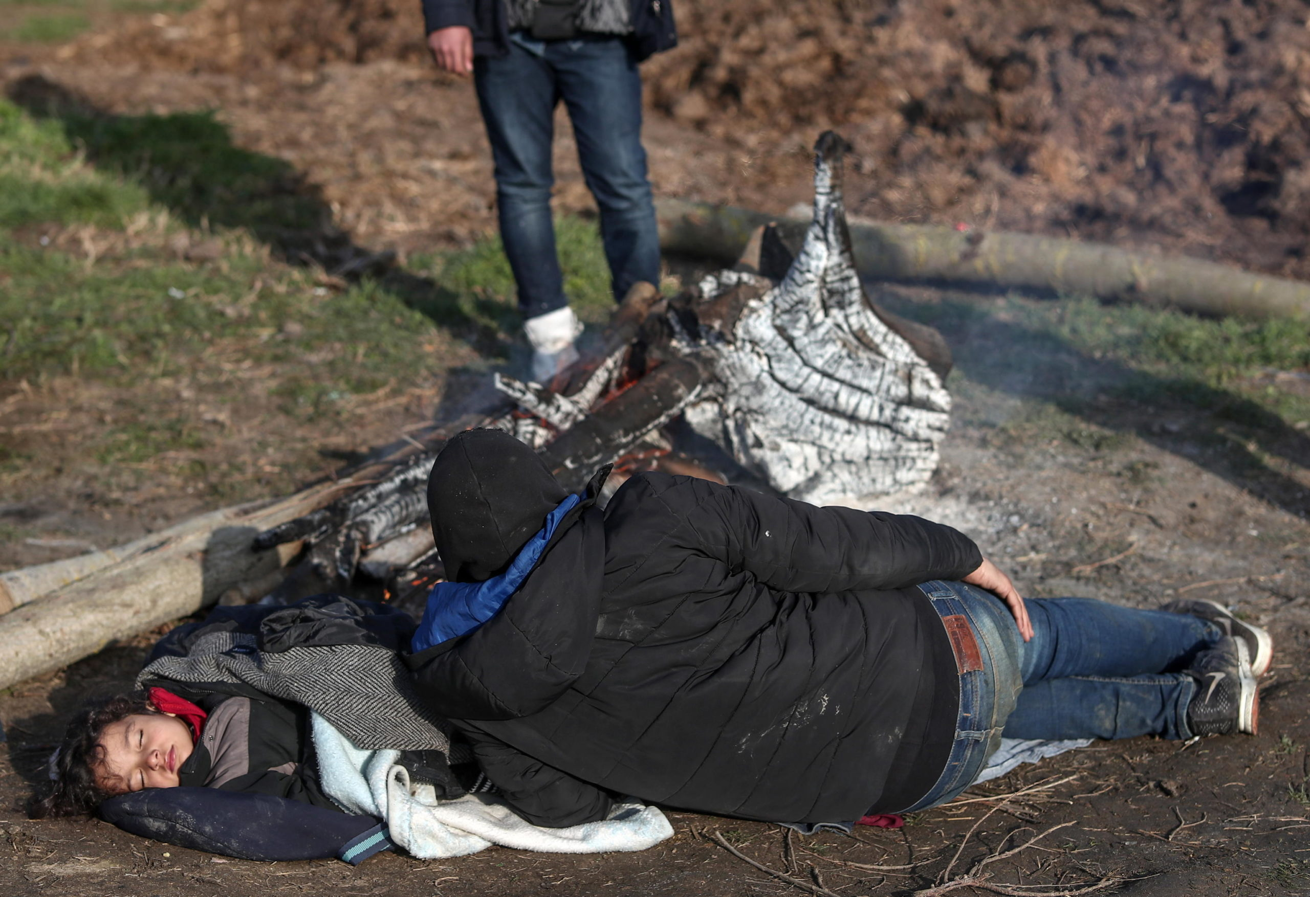 Momenti di riposo per i migranti siriani dopo una piccola parte del lungo viaggio verso il confine