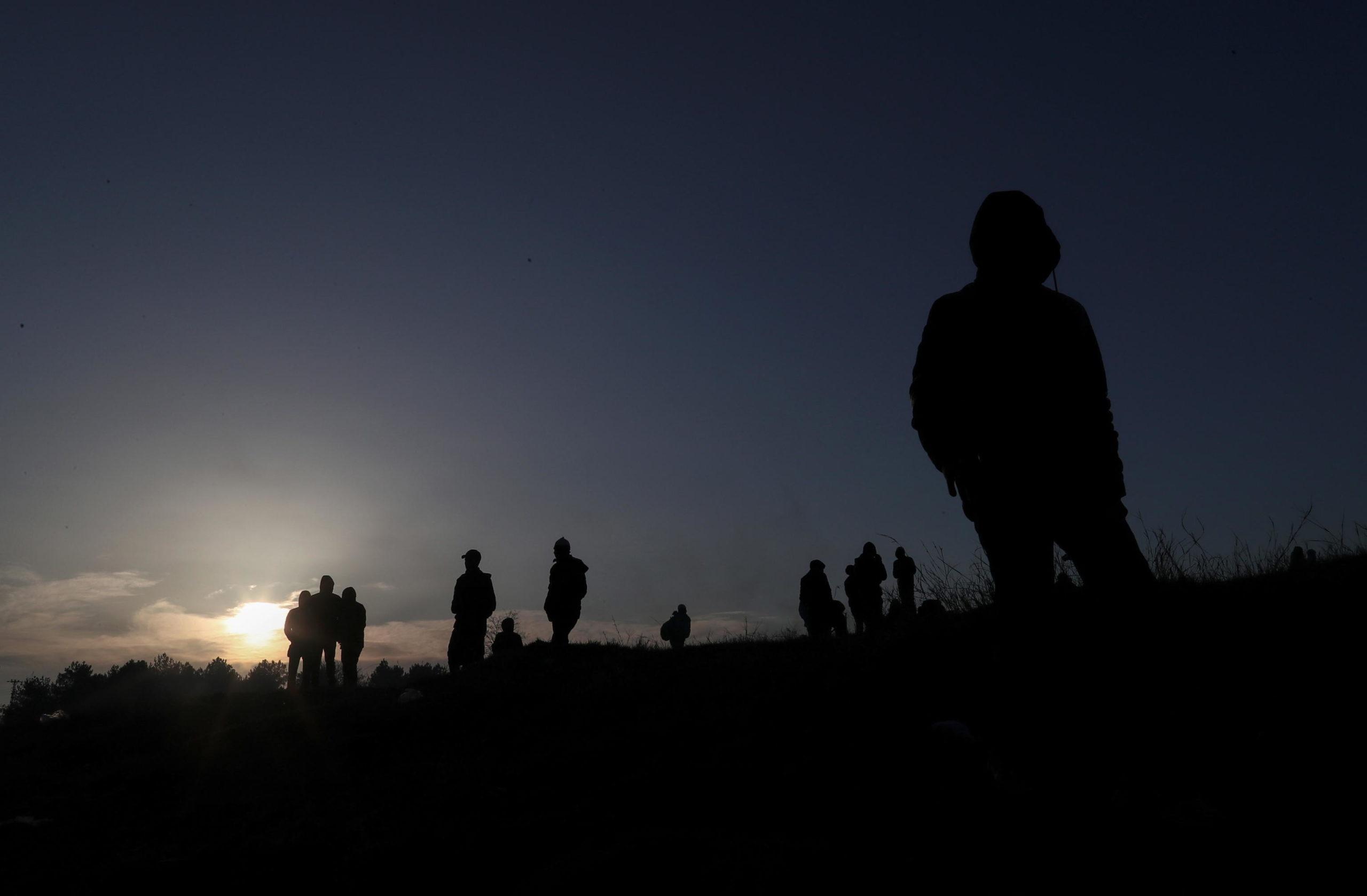 Cala la notte e il cammino dei rifugiati siriani si ferma. Riprenderanno la marcia verso il confine tra Turchia e Grecia il giorno successivo