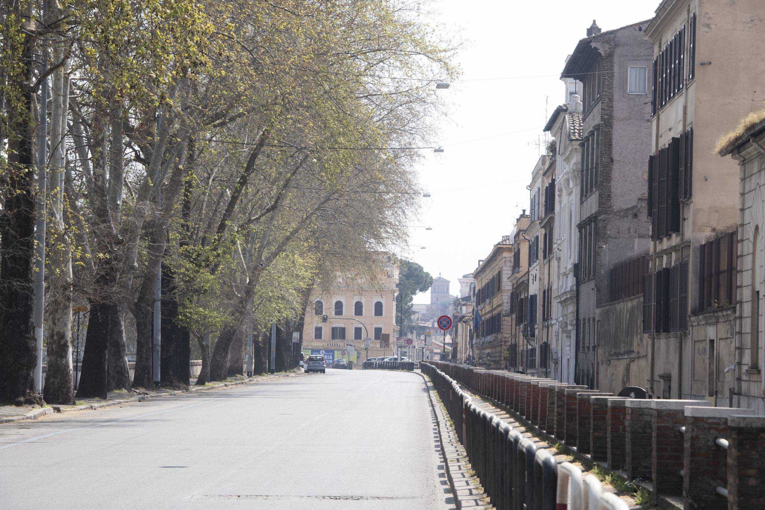 La strada del Lungotevere di Roma completamente deserta