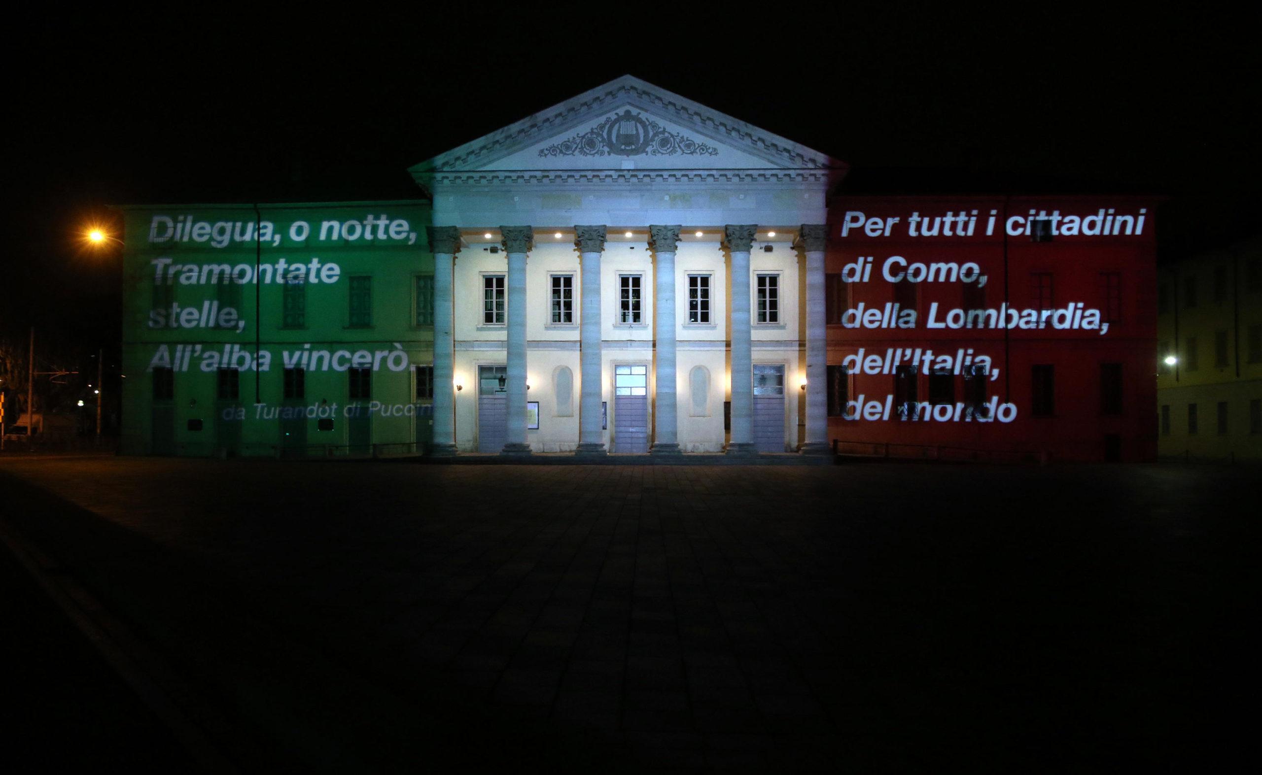 Il Teatro Sociale di Como illuminato dal Tricolore e dai versi del Turandot di Puccini