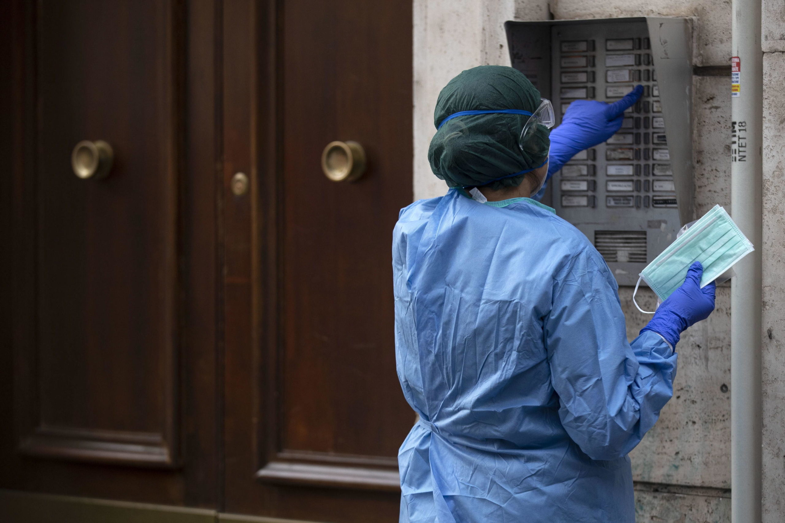 A Roma gli operatori sanitari fanno test e tamponi sulla popolazione