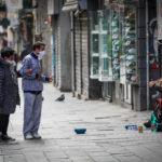 A Napoli scambi di saluti e solidarietà tra i cittadini
