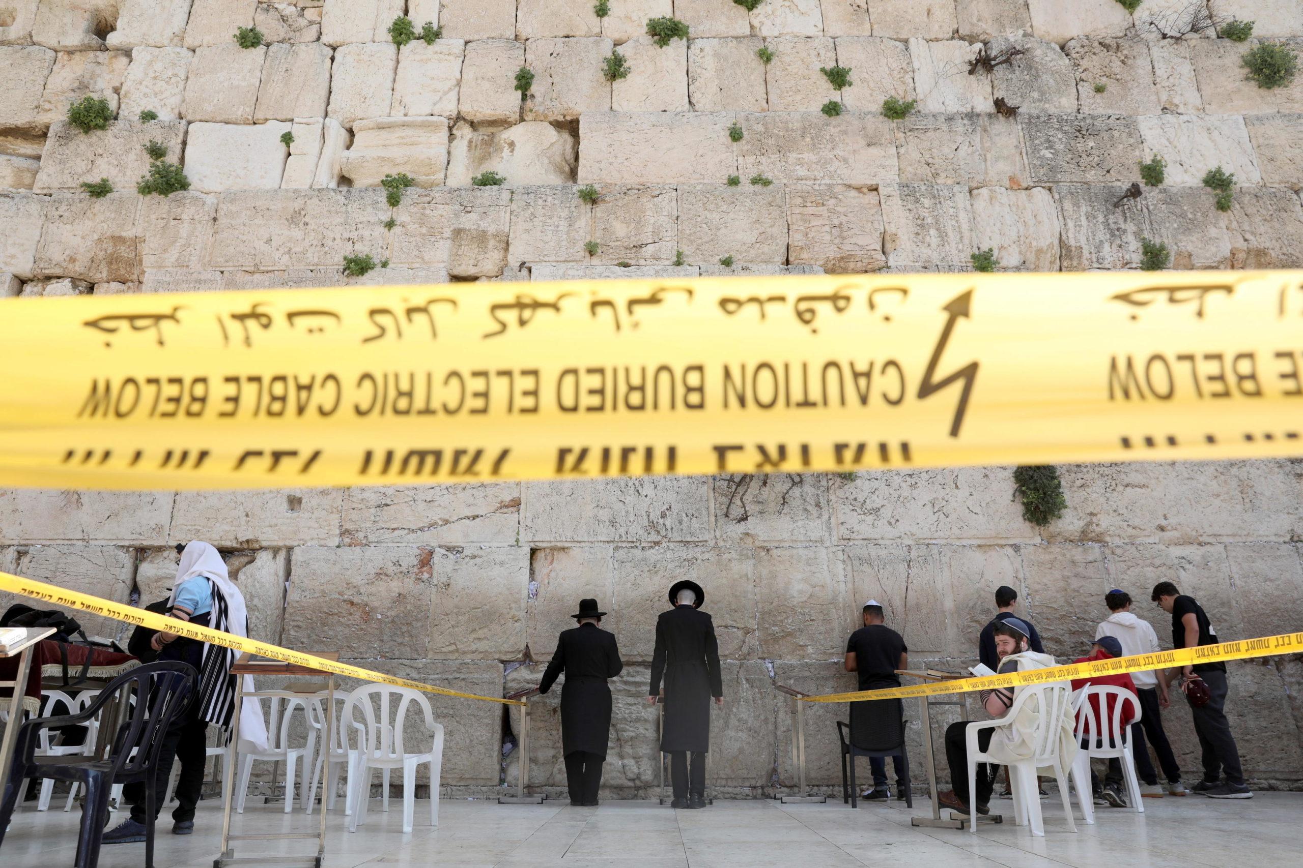 Israele: 10 persone alla volta pregano sul lato ovest del Muro del Pianto a Gerusalemme. Il governo ha stabilito un massimo di presenza di 10 persone nello stesso luogo per prevenire i contagi