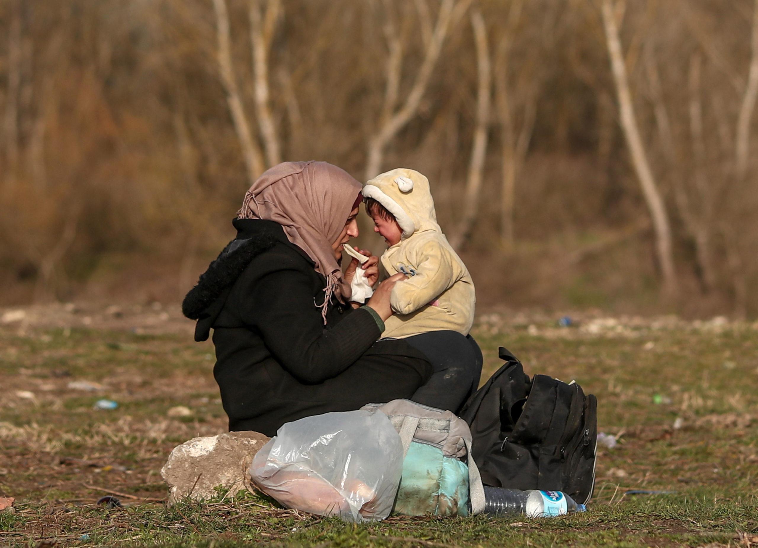 Un bambino in lacrime fissa sua madre negli occhi
