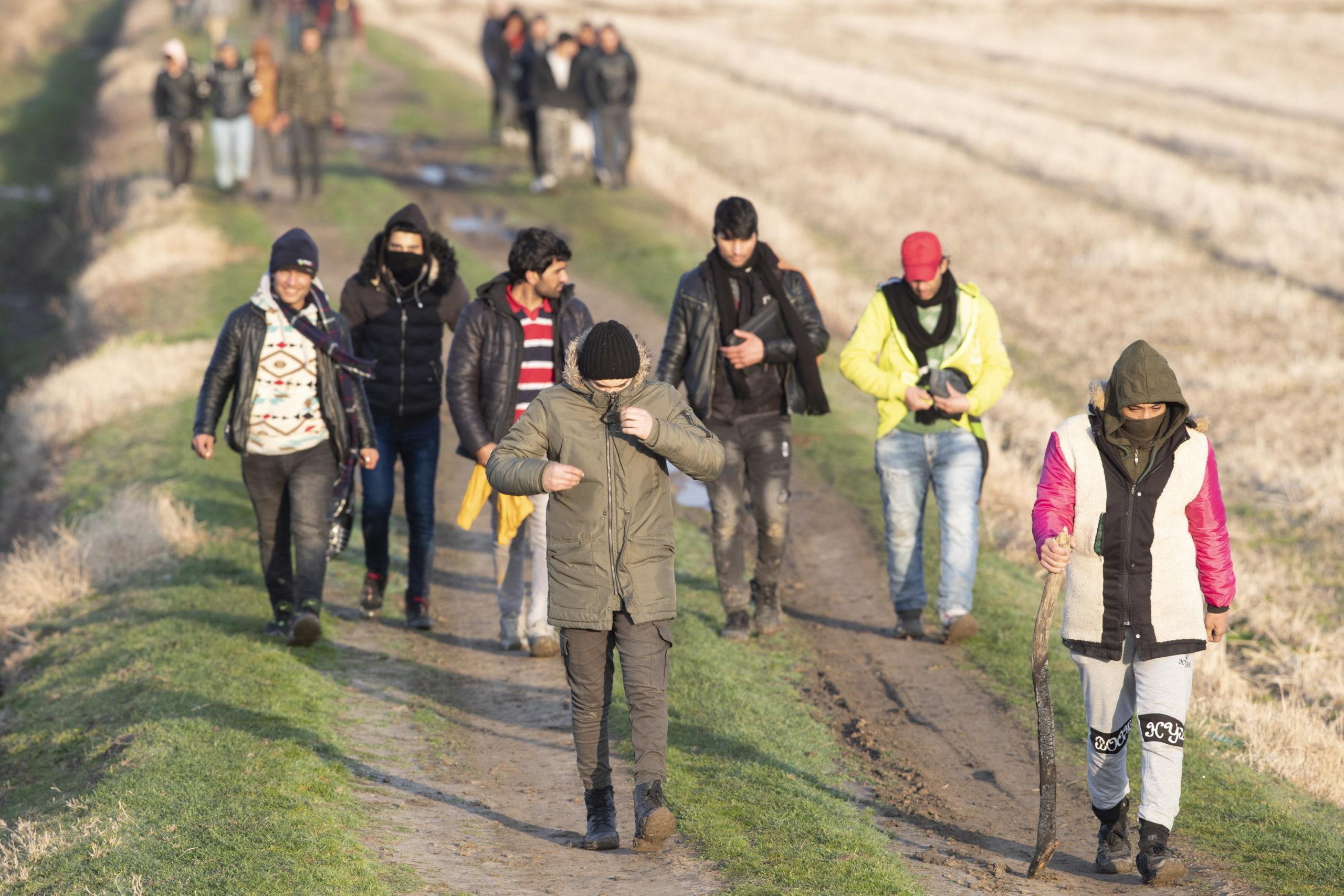 Rifugiati e migranti siriani camminano insieme lungo la frontiera turco-greca