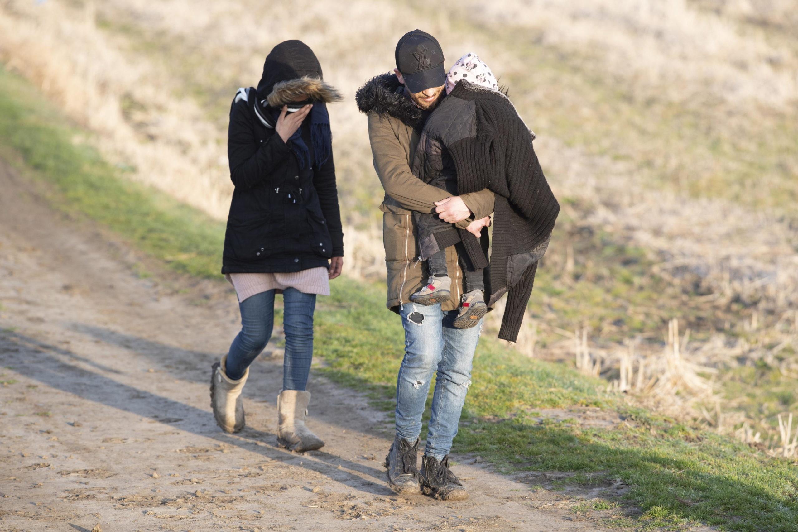 Uomini, donne e bambini stremati dal lungo cammino