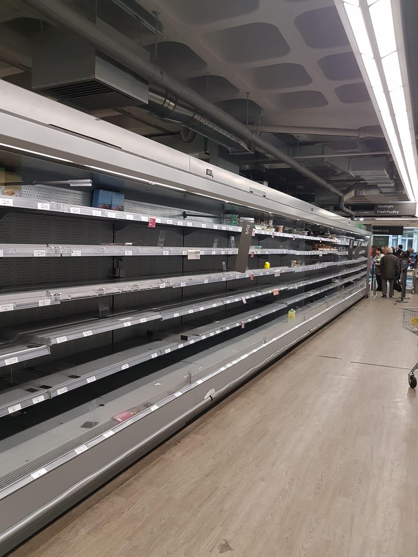 Londra, scaffali completamente vuoti in un supermercato. Fonte: Mariaelena Agostini