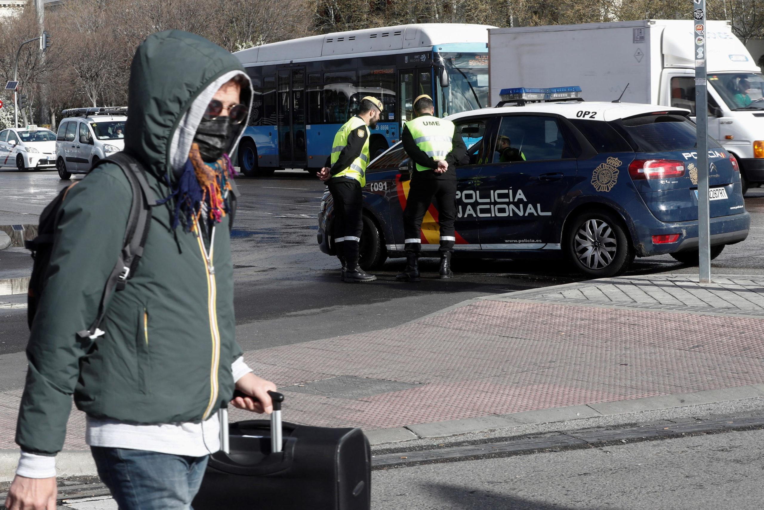 Spagna: alcuni militari parlano con la polizia nazionale a Madrid. Il governo ha varato un provvedimento simile a quello italiano: le persone possono uscire solo per andare a lavoro, recarsi al supermercato o in farmacia.