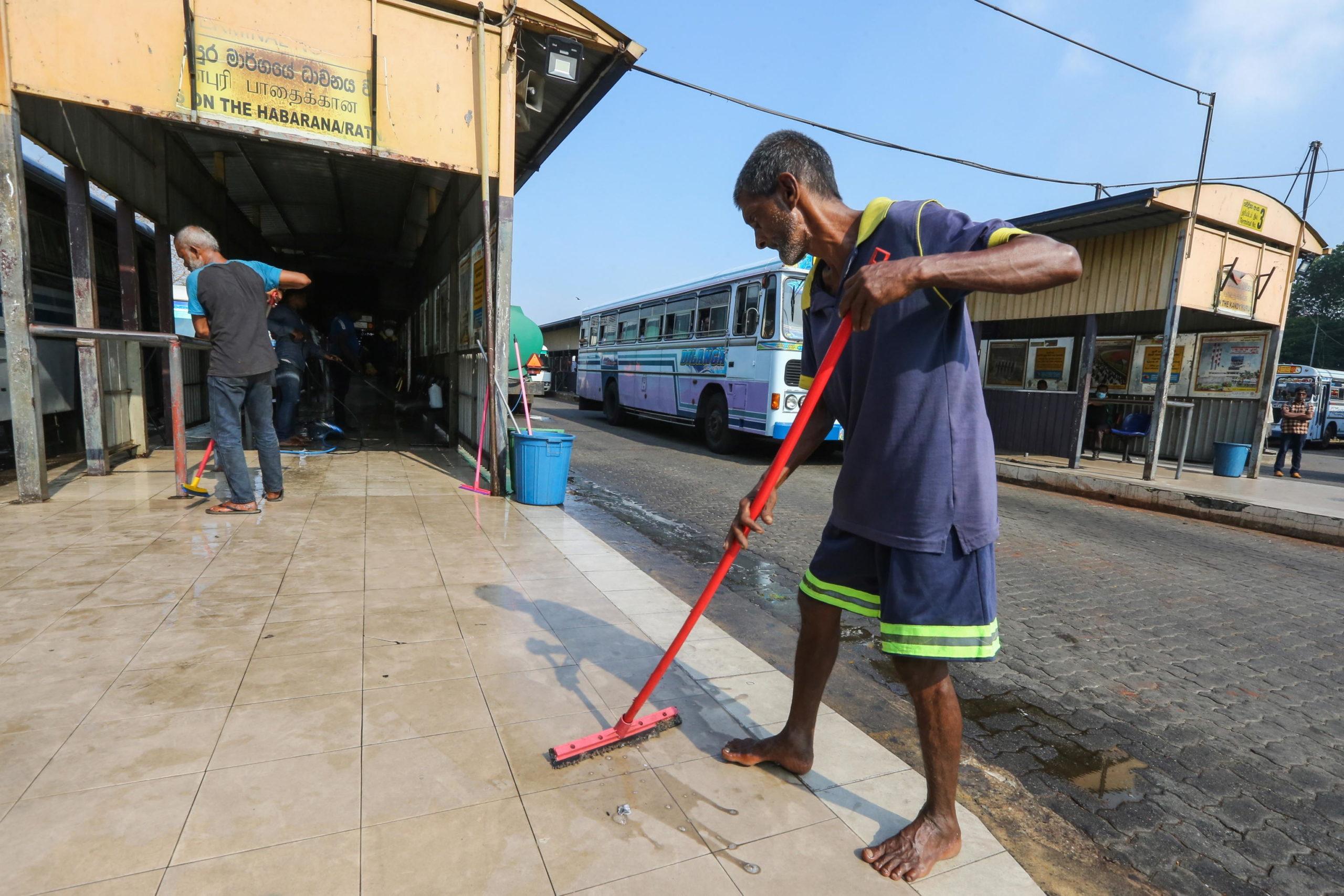 Sri Lanka: le persone puliscono una stazione degli autobus nella città di Colombo, come precauzione per il rischio contagi. In Sri Lanka sono chiusi scuole di ogni ordine e grado, università e cinema ed è vietata qualsiasi forma di assembramento pubblico.