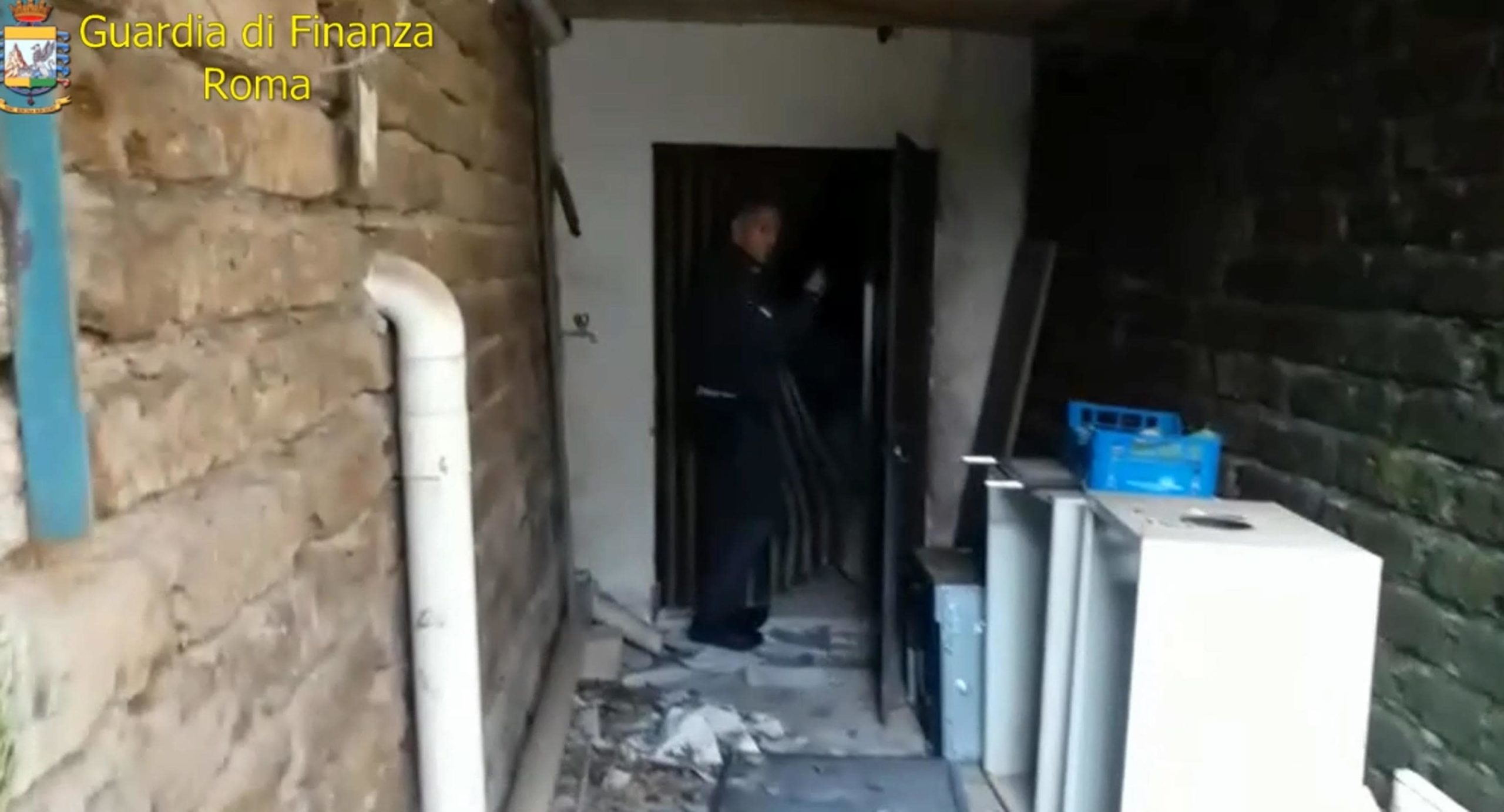 Nella struttura di Velletri e in quella di Albano Laziale, le Forze dell'ordine hanno trovato rispettivamente tre anziani e sette persone in età avanzata; in entrambe le strutture gli ospiti erano in pessime condizioni igienico-sanitarie.
