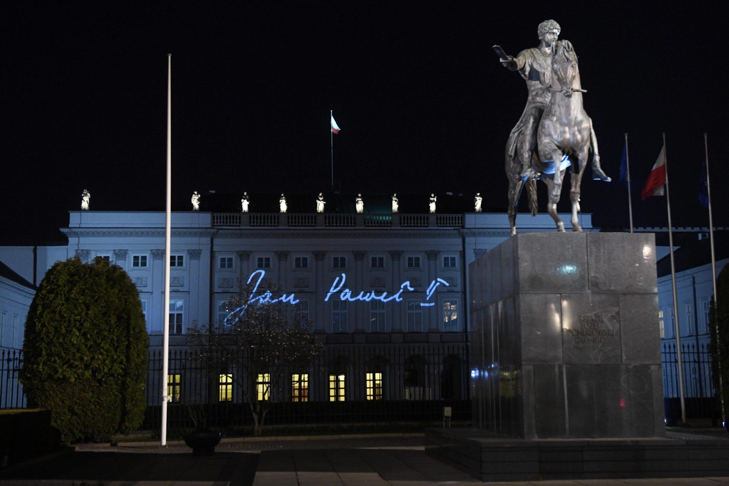 Il nome di Giovanni Paolo II sul Palazzo Presidenziale