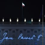 Proiezioni sul Palazzo del Governo in Polonia, per il quindicesimo anniversario dalla morte di Papa Giovanni Paolo II