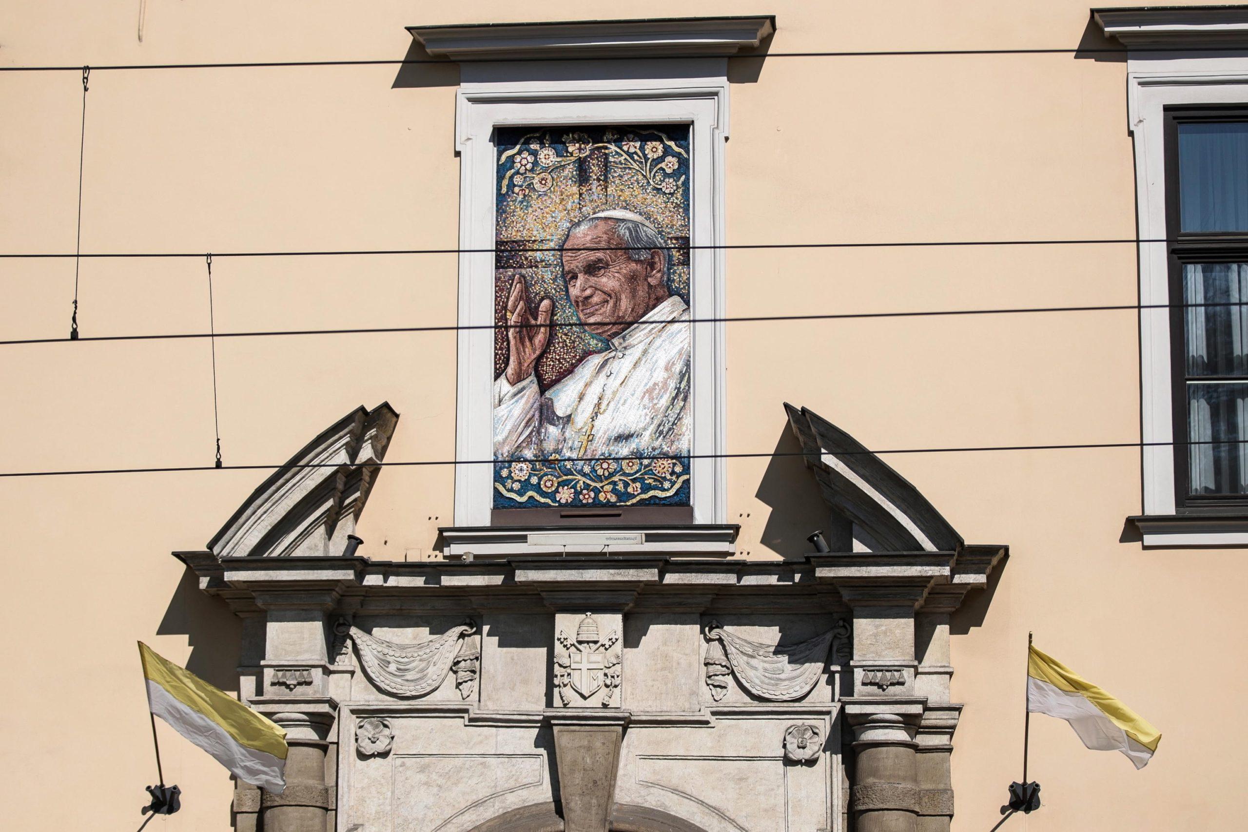 Polonia: un'immagine di Papa Giovanni Paolo II nel giorno della sua commemorazione
