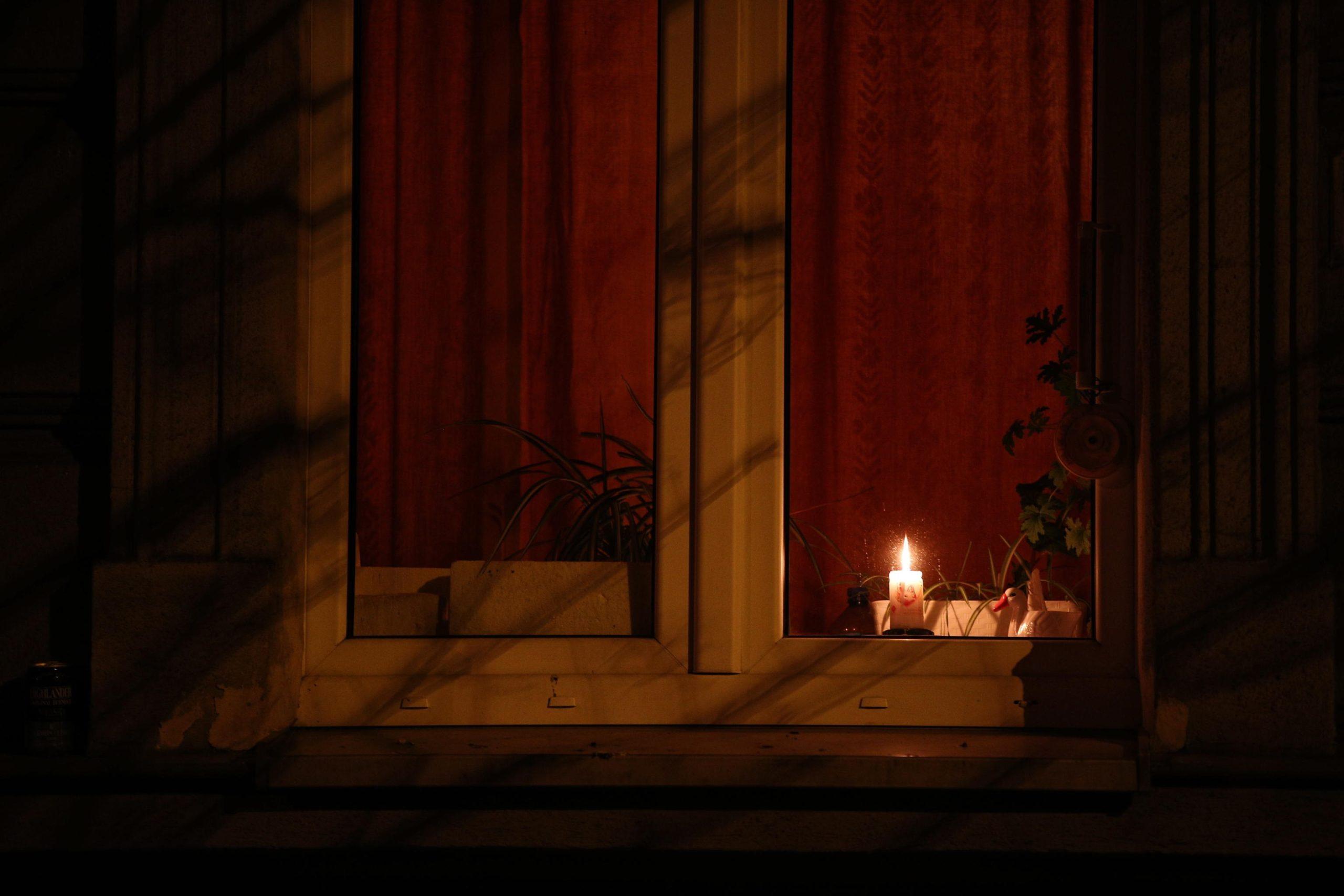 Candele alle finestre a Cracovia, per ricordare Papa Giovanni Paolo II