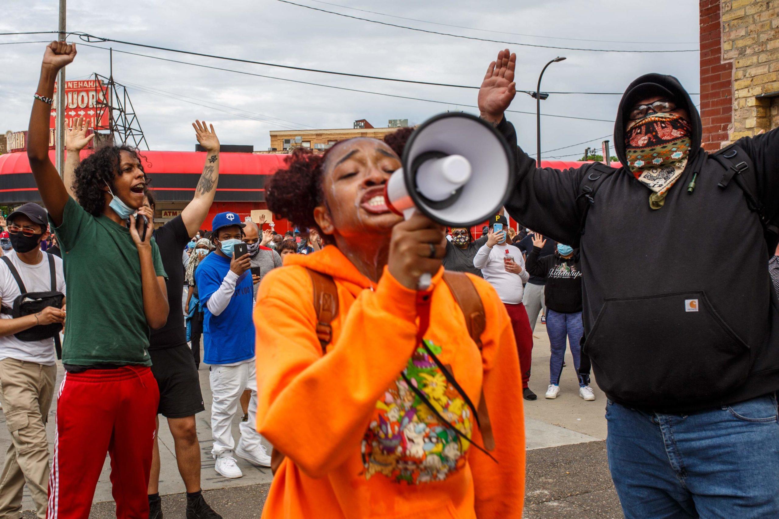 Una ragazza protesta per la morte di George Floyd