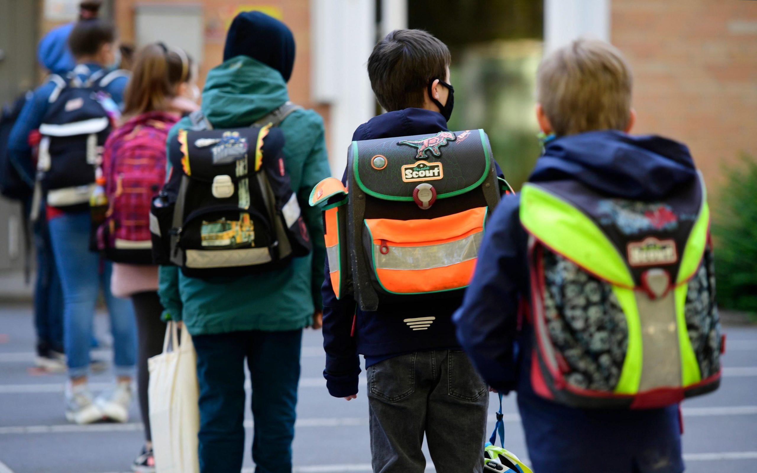 Oggi in Germania riaprono le scuole. Sono rigide le misure di sicurezza che i bambini di questa scuola elementare devono rispettare