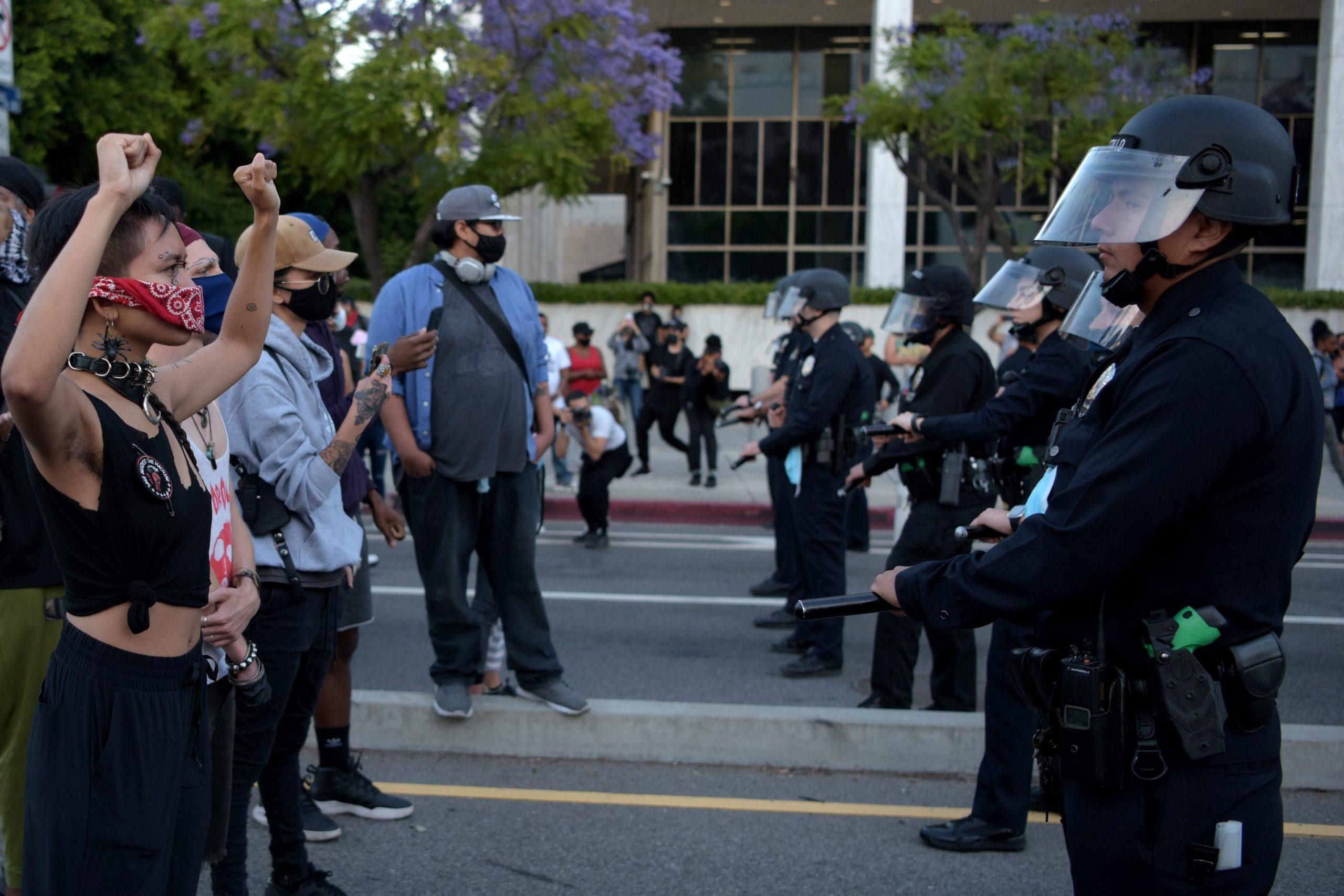 Manifestanti schierati di fronte alla polizia