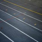 Questa è la strada dove devono mettersi in fila prima di entrare. I segni tracciati sull'asfalto indicano la posizione a cui ciascuno deve attenersi