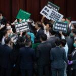 Pan-democratici ed esponenti pro-Pechino vengono alle mani nel Consiglio Legislativo di Hong Kong
