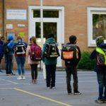 """I bambini rispettano la distanza di sicurezza, mentre sono in fila davanti alla scuola primaria """"Petri"""", nella Germania ovest"""