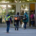 Le scuole elementari nello Stato federale del North Rhine-Westphalia hanno aperto le porte a chi frequenta il quarto grado. I bambini, in fila, rispettano le distanze prefissate