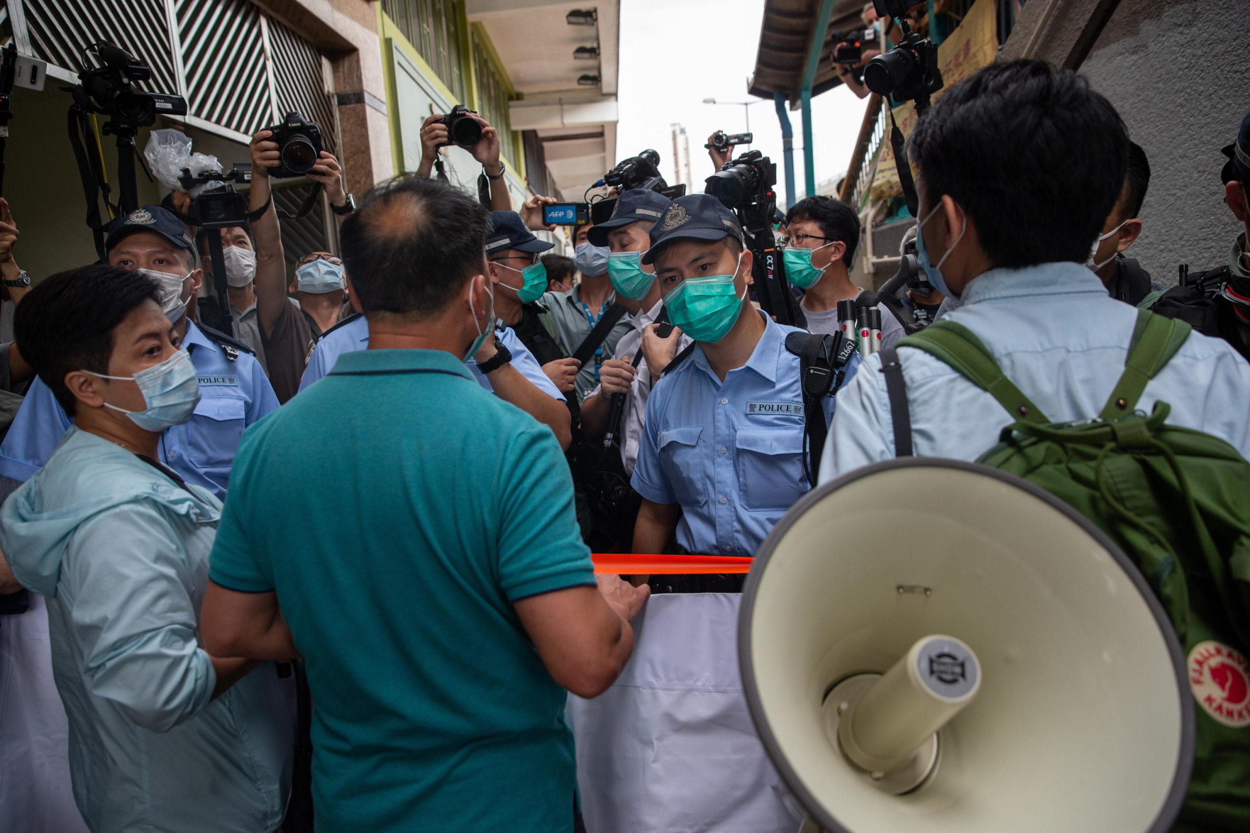 La polizia di Honk Kong blocca le vie di accesso