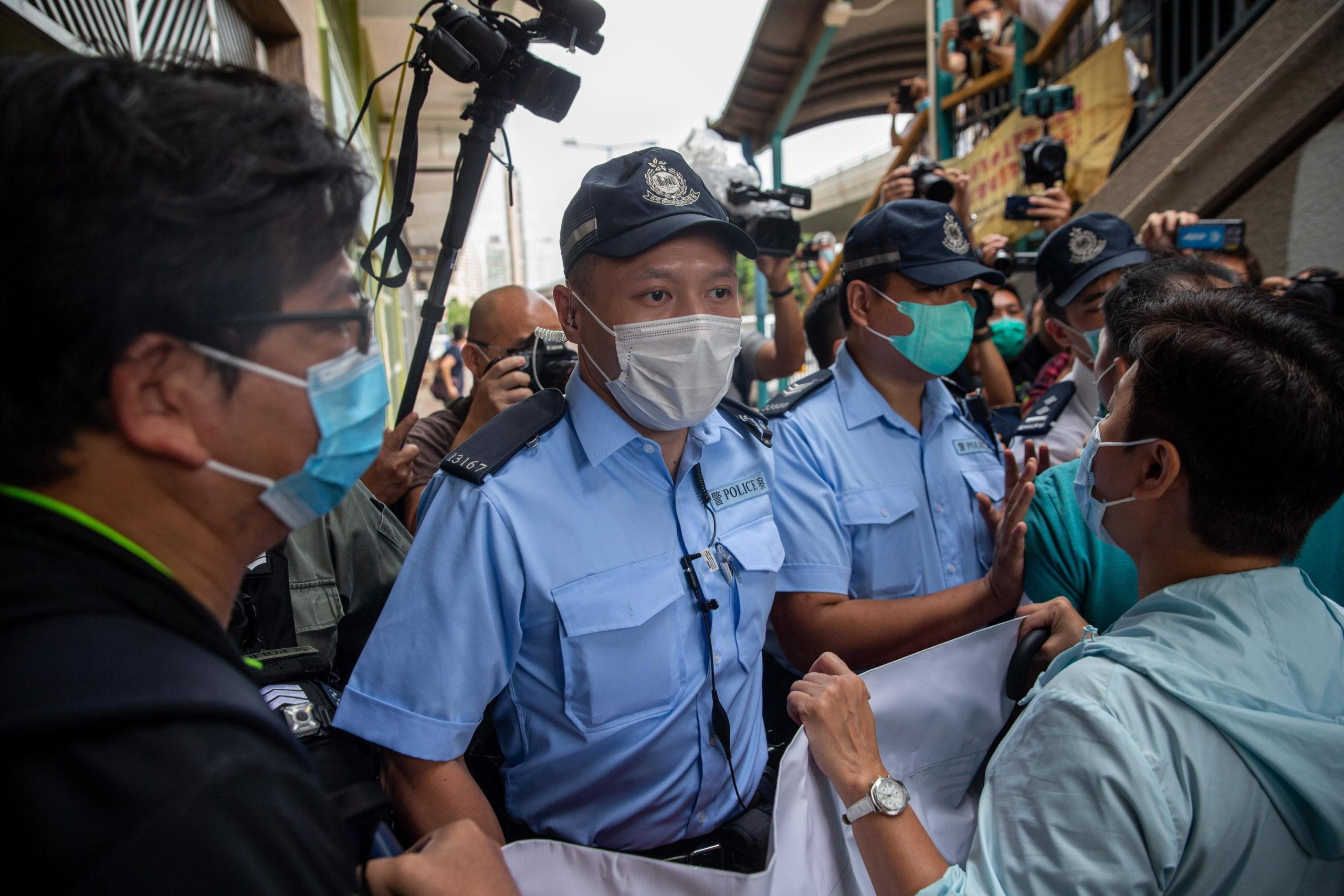 La polizia blocca i manifestanti