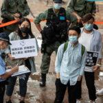 Un poliziotto multa un manifestante impassibile
