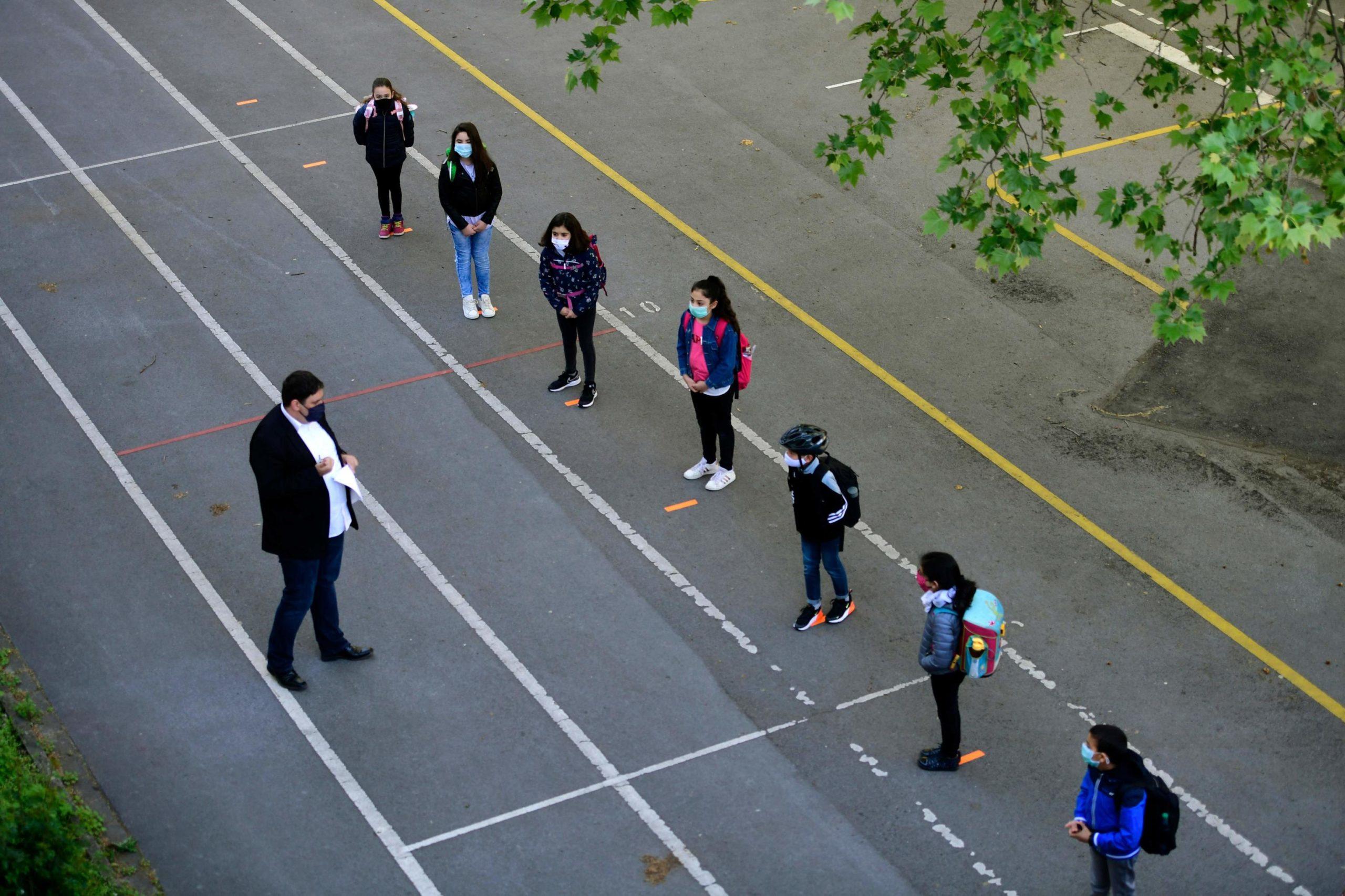Il preside della scuola Petri, Juan Carlos Boeck, controlla che gli alunni si attengano al distanziamento previsto e dà istruzioni su come comportarsi