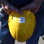 Il casco protettivo di un dipendente, con il logo dell'Arcelor Mittal