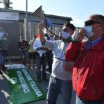 L'assemblea dei lavoratori si è svolta davanti al cancello di accesso dei camion