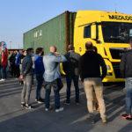 I lavoratori hanno bloccato il varco in cui transitano i mezzi pesanti