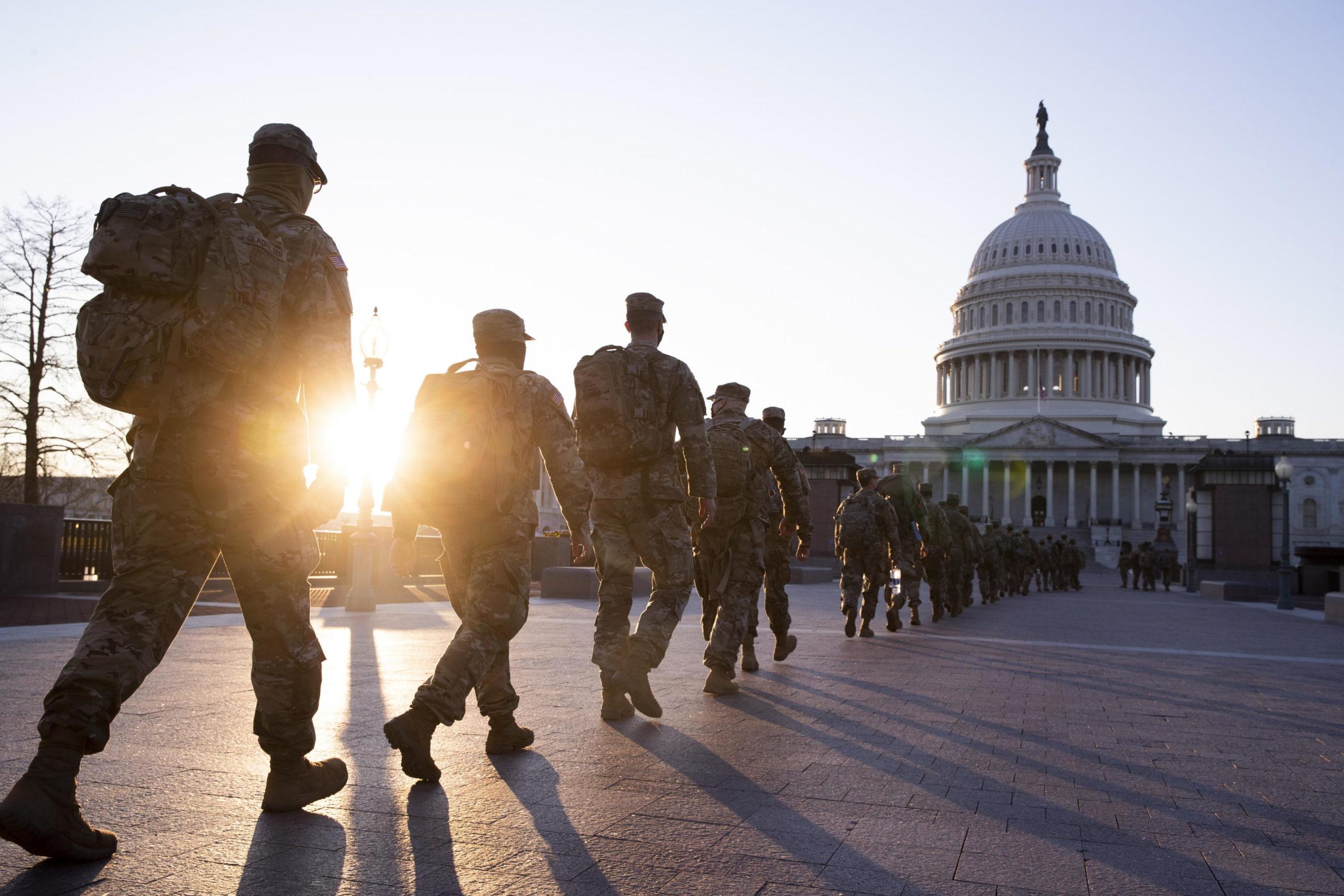 Le forze della Guardia Nazionale marciano fuori il Campidoglio