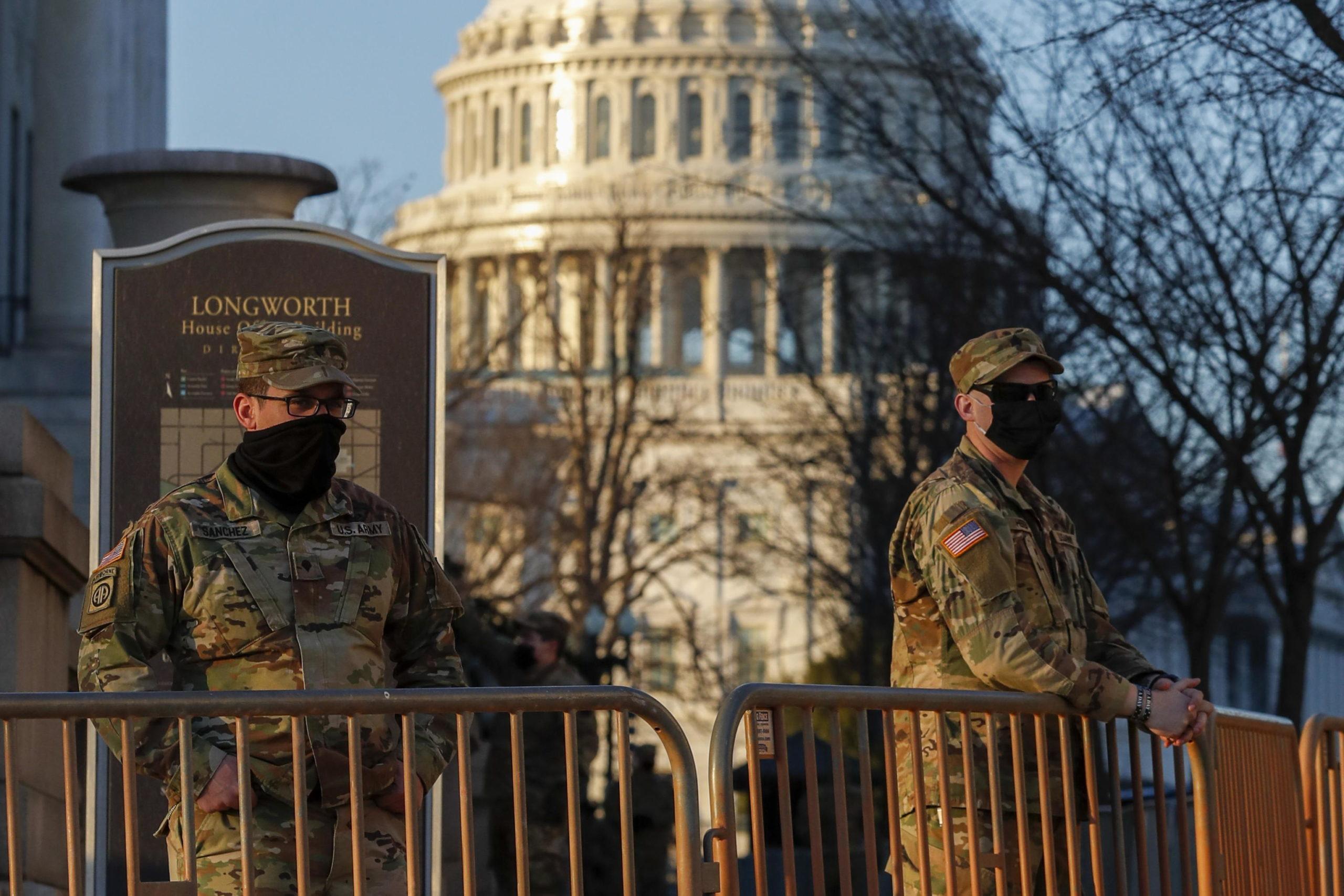 Soldati dietro le transenne per impedire a chiunque l'ingresso alla zona militarizzata