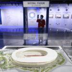 Un visitatore fotografa il modellino dello Stadio Nazionale