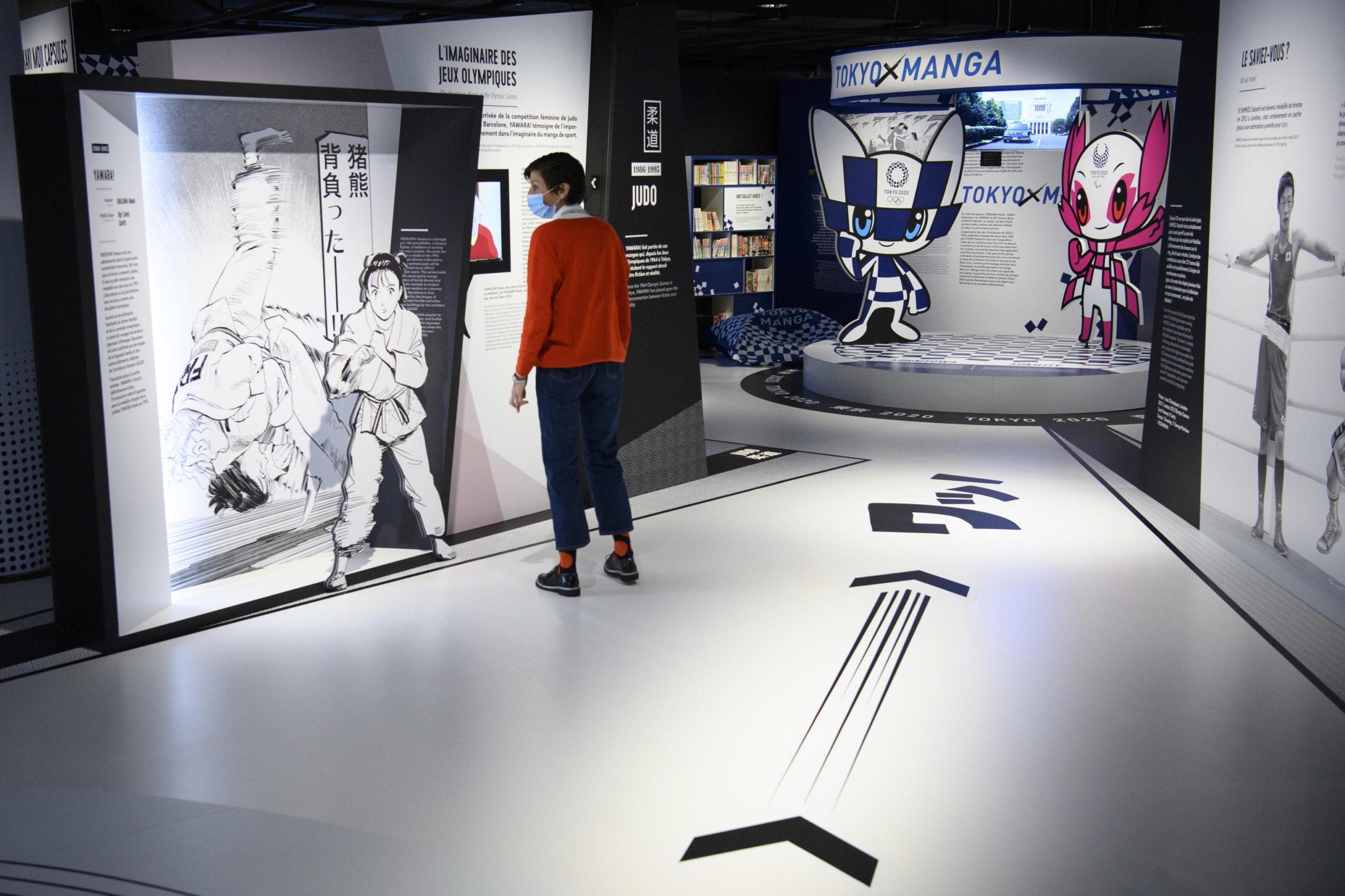 "Un visitatore alla mostra ""Manga Sport"""