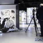 Due visitatori fotografano uno stand della mostra