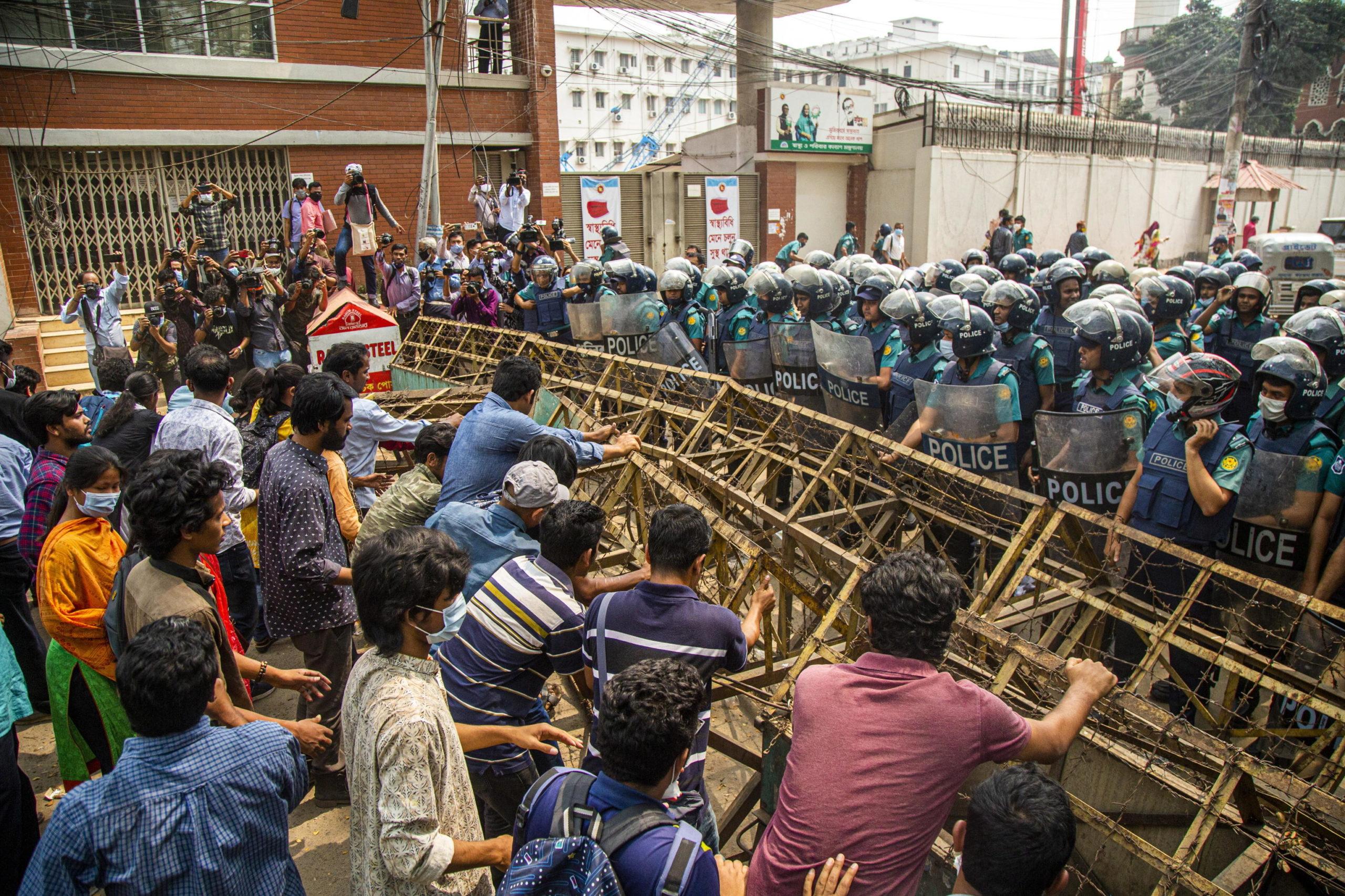 I manifestanti contestano una legge che limiterebbe la libertà di espressione