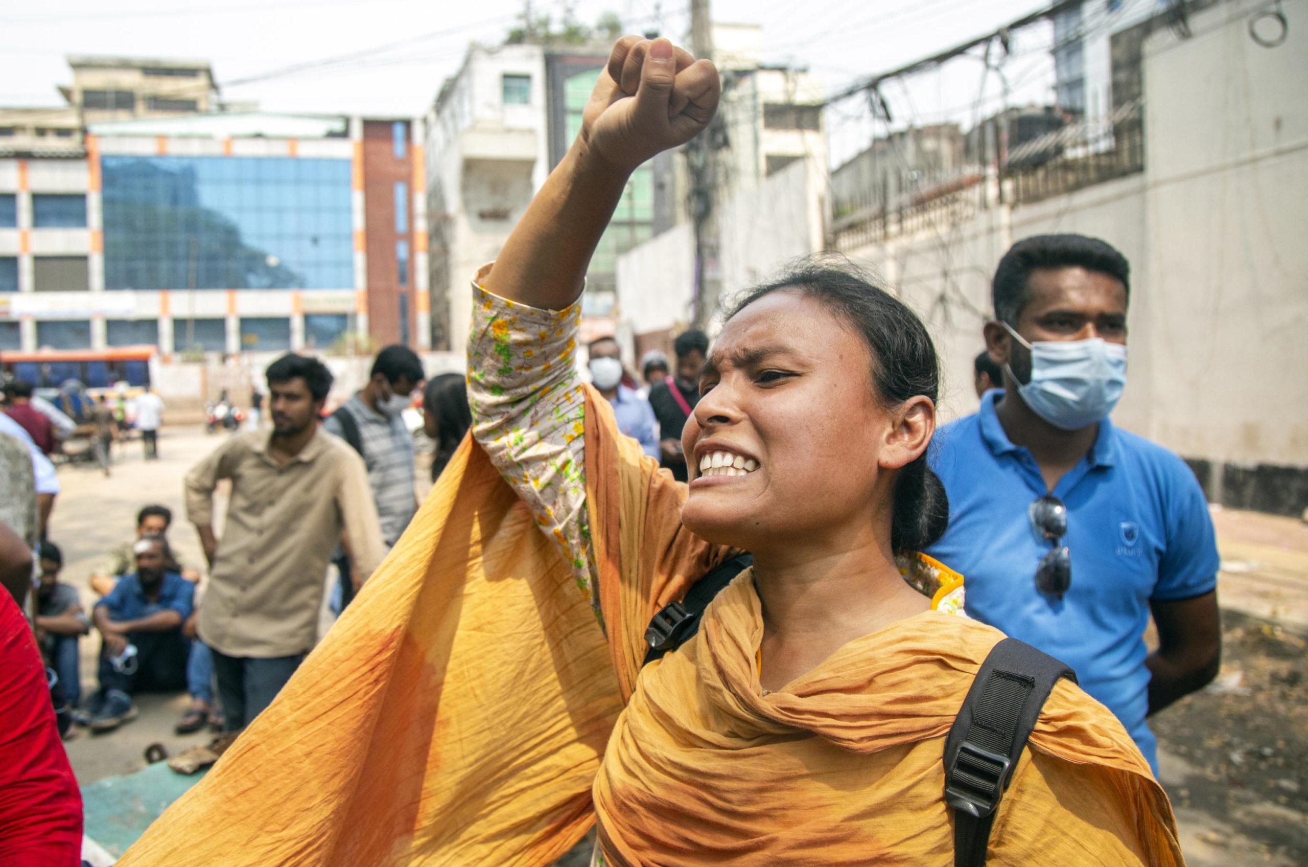 Una studentessa urla durante la marcia verso il ministero della Giustizia