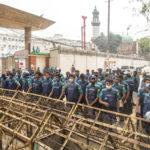 Ufficiali di polizia dietro una barricata posta per ostacolare la marcia degli studenti