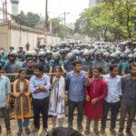 Gli studenti del Bangladesh gridano slogan contro il Governo