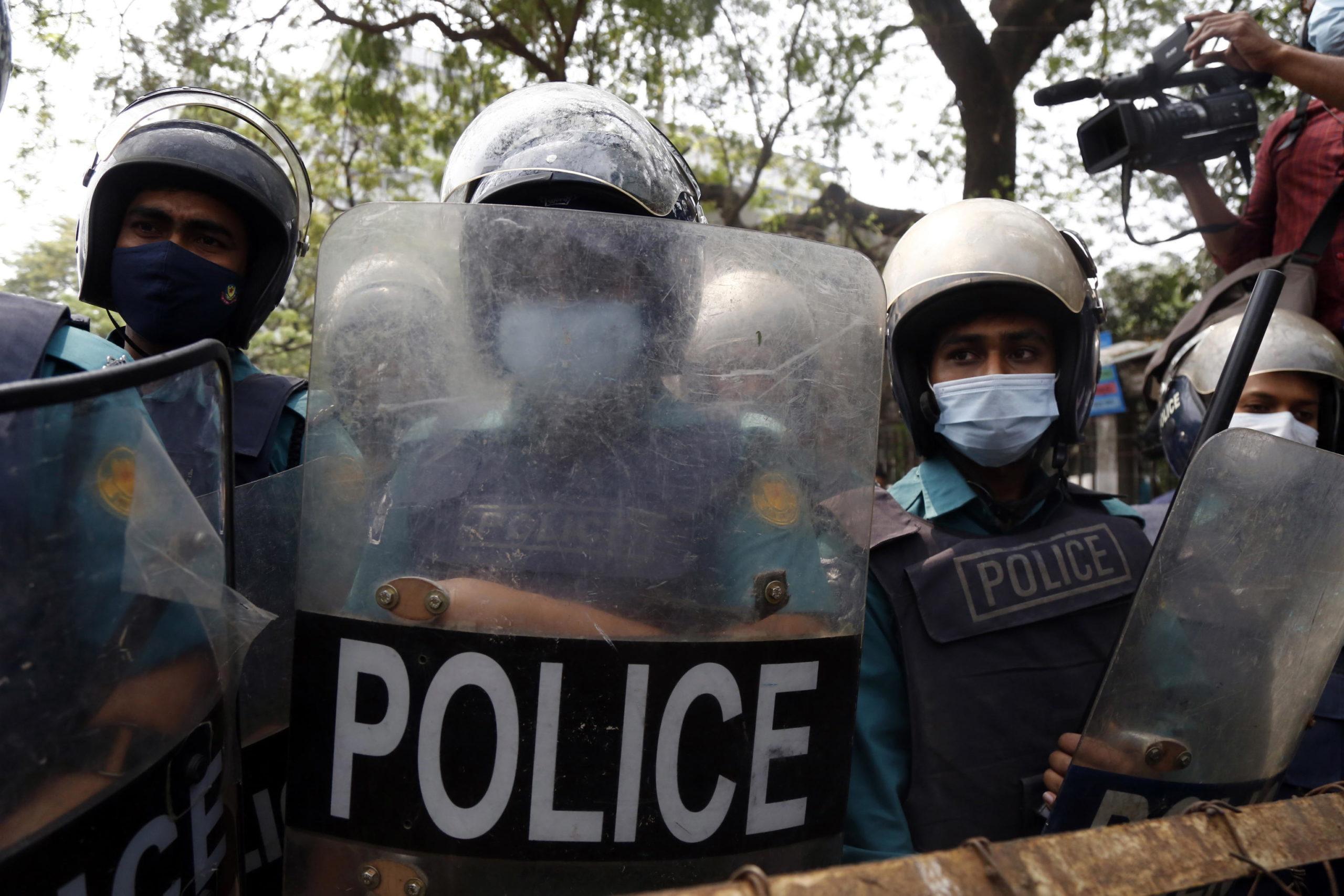 Gli agenti di Polizia si sono messi al riparo