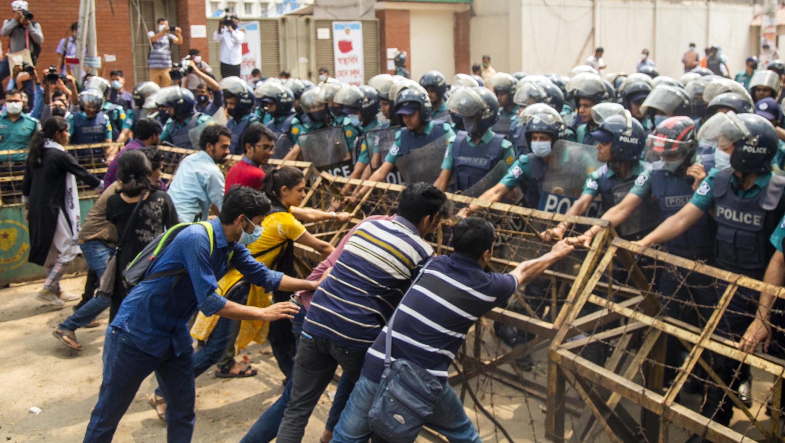 Gli studenti cercano di rimuovere una barricata della polizia